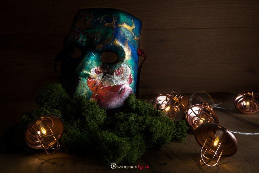 máscara de bauta Feliz Navidad con papá Noel entre luces de navidad