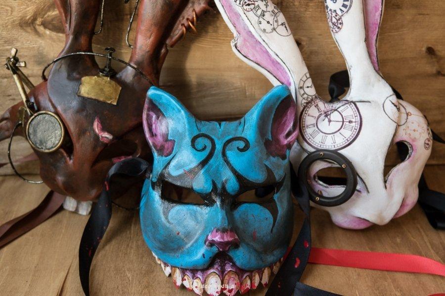 mascara veneciana gato de cheshire, liebre y marzo y conejo blanco, de alicia en el pais de las maravillas