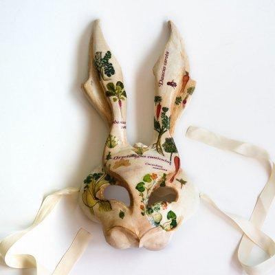 mascara de conejo veneciana con ilustraciones cientificas botanicas