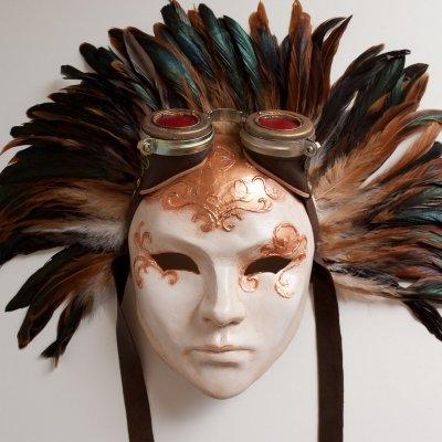 dama veneciana steampunk con goggles plumas