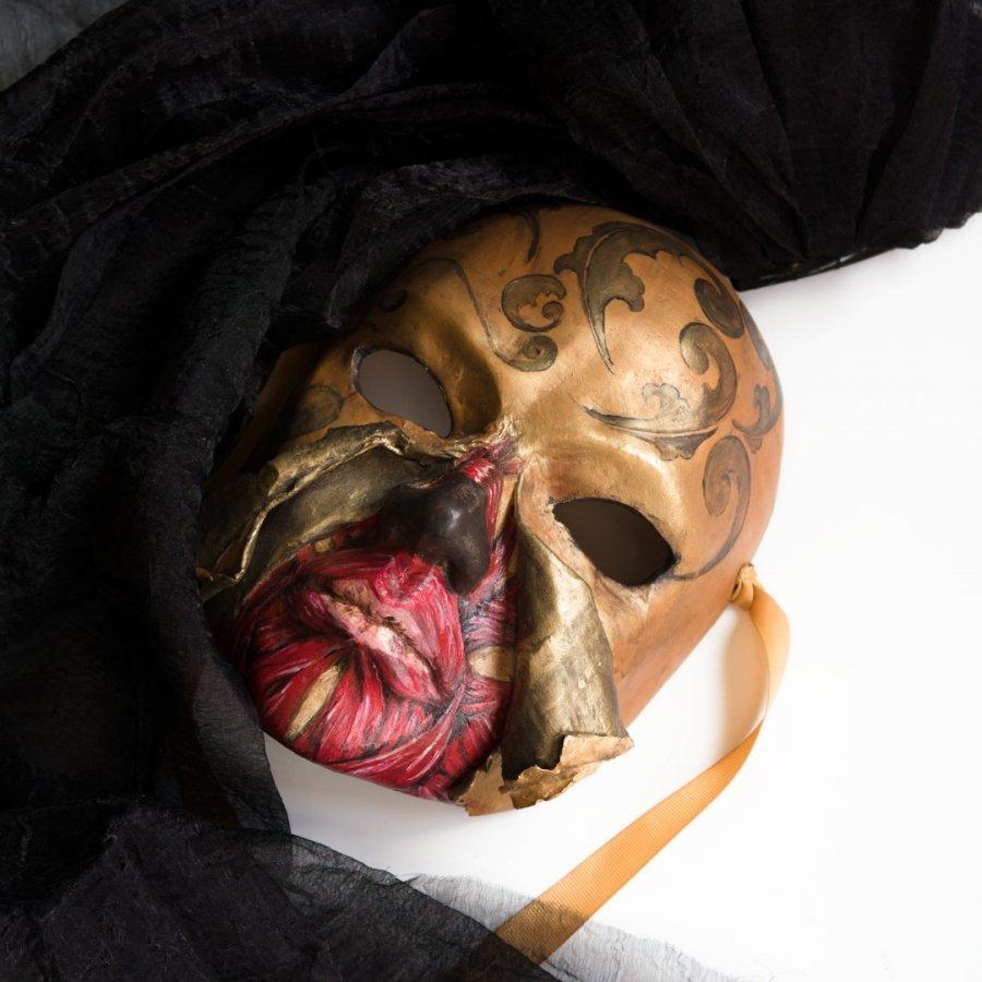 máscara veneciana dama halloween con musculos al aire
