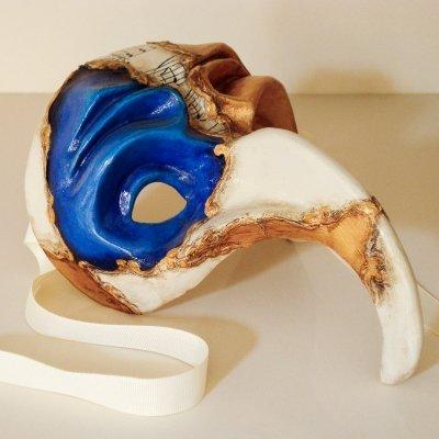 nmascara de naso turco azul y dorada con partituras