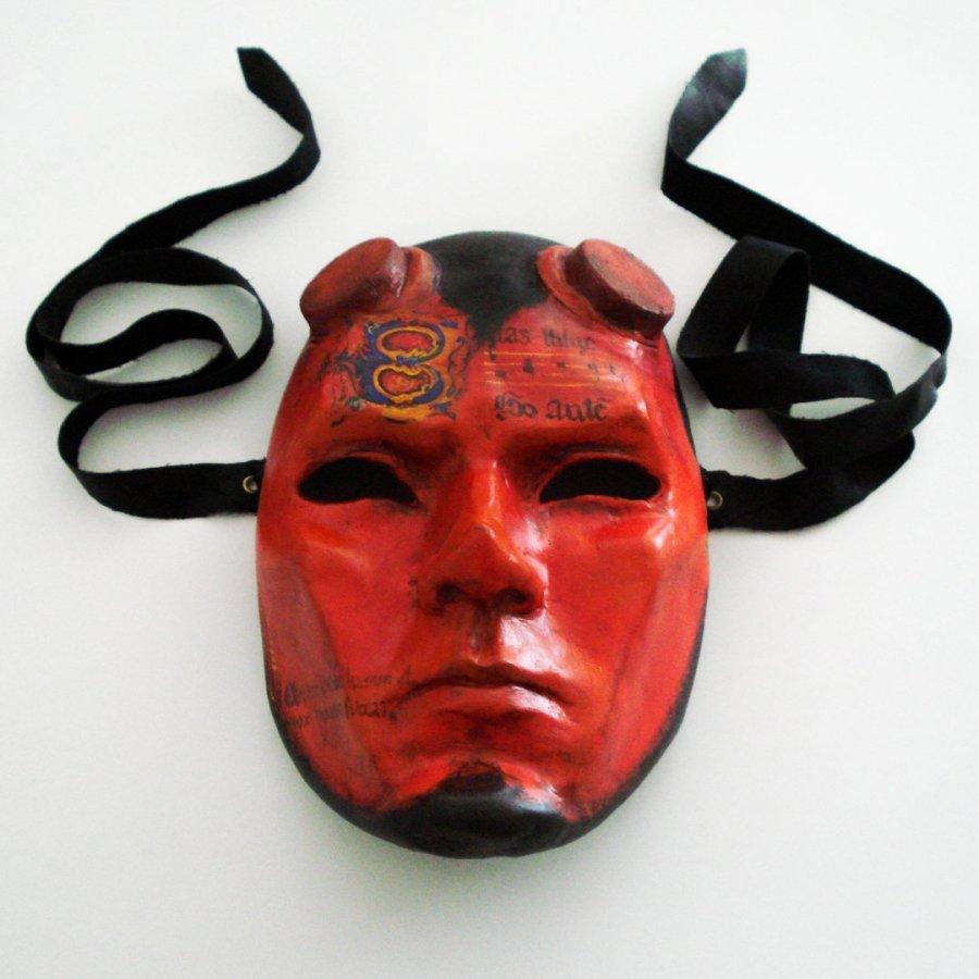 mascara diablo medieval cuernos hellboy