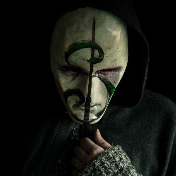 mascara lord voldemort con nagini y varita